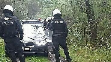 Pseudokibice napadli na policjantów w lesie koło Radomska. Padły strzały