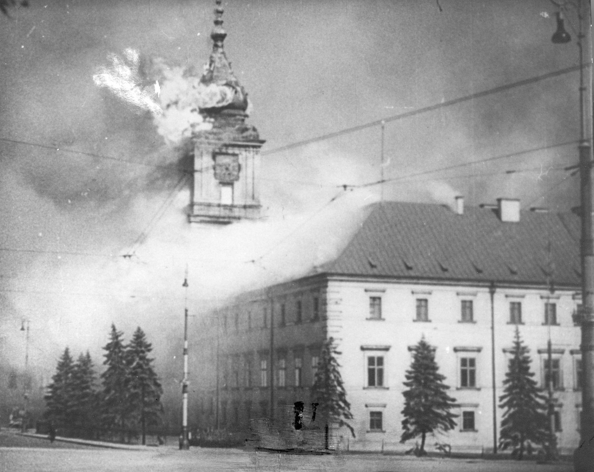 Płonący Zamek Królewski w Warszawie po ostrzale przez artylerię niemiecką, 17 września 1939 r. (fot. Wikimedia.org / Domena publiczna)