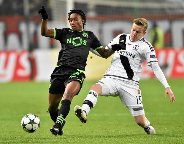 Sporting Lisbon's Gelson Martins, left, struggles for a ball with Legia's Michal Kopczynski during the Champions League group stage soccer match between Legia Warsaw and Sporting Lisbon, at Stadion Wojska Polskiego, in Warsaw, Poland, Wednesday, Nov. 7, 2016. (AP Photo/Alik Keplicz) SLOWA KLUCZOWE: XCHAMPIONSLEAGUEX