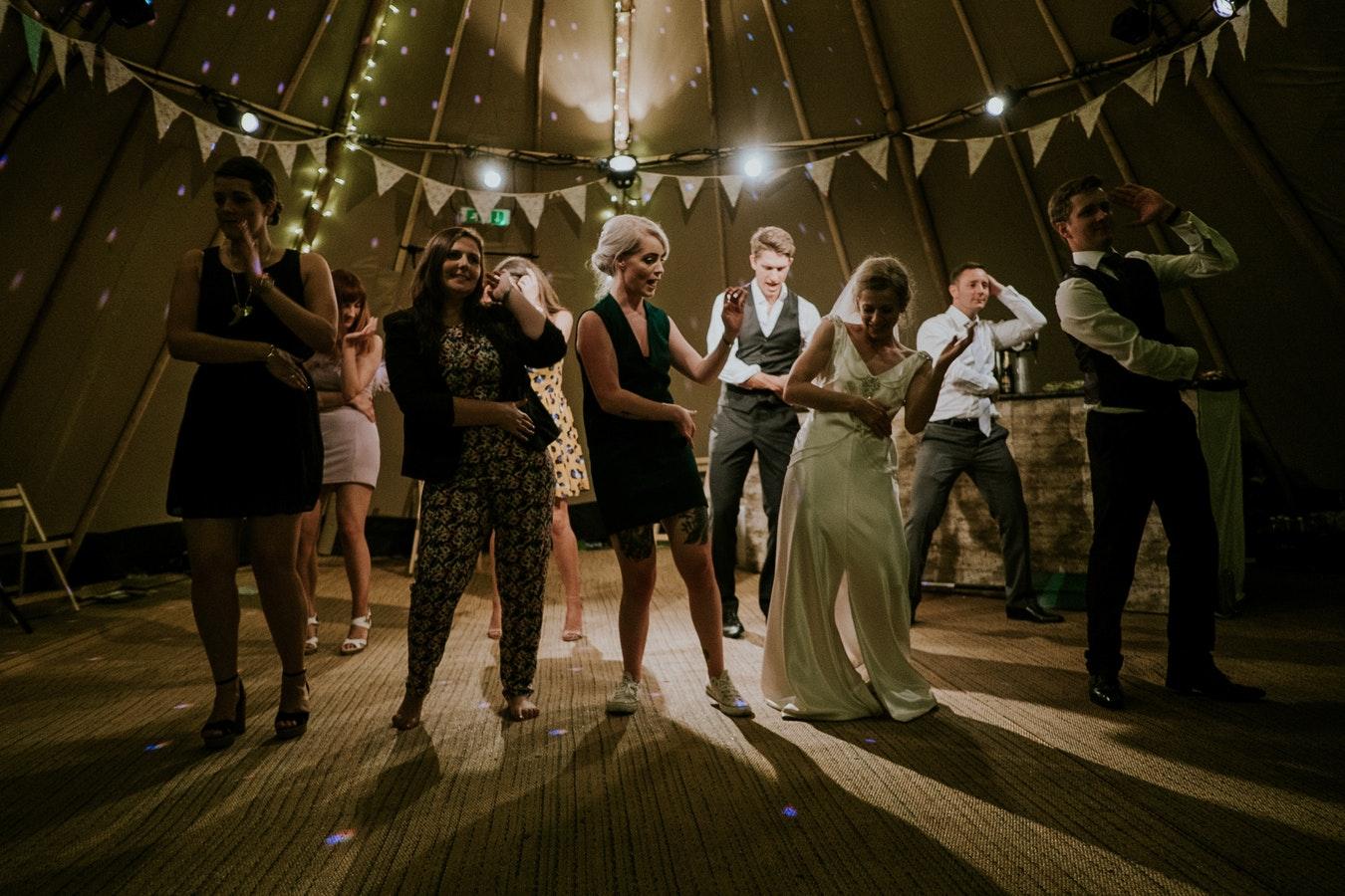 Niektórzy cały czas uważają. że na wesele nie wypada przyjść samemu (fot. unsplash)