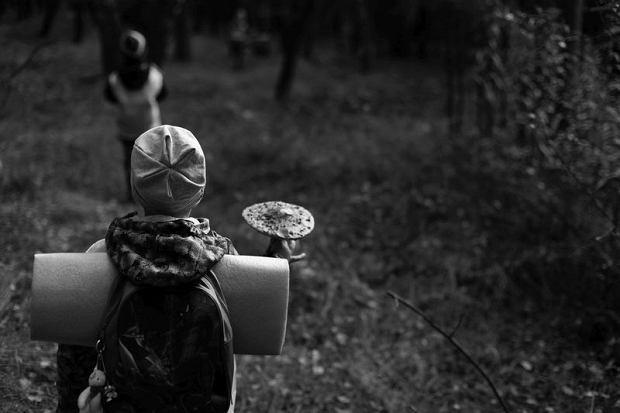 Dzieci z przedszkola na wycieczce w lesie, zdjęcia do jednorazowej publikacji na www.edziecko.pl