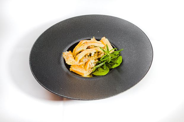 Biała kiełbasa Naturrino, duszona cebula i biały tłusty ser pieczone w cieście francuskim