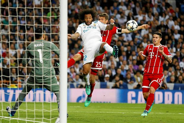 Real Madrid's Marcelo, center left, and Bayern's Thomas Mueller challenge for the ball watched by Real Madrid's goalkeeper Keylor Navas, left, and Bayern's James during the Champions League semifinal second leg soccer match between Real Madrid and FC Bayern Munich at the Santiago Bernabeu stadium in Madrid, Spain, Tuesday, May 1, 2018. (AP Photo/Francisco Seco) SLOWA KLUCZOWE: XCHAMPIONSLEAGUEX