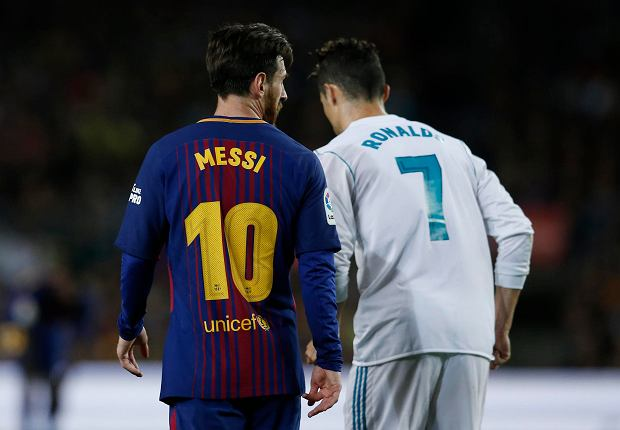 Barcelona's Lionel Messi, left and Real Madrid's Cristiano Ronaldo walk back to take positions during a Spanish La Liga soccer match between Barcelona and Real Madrid, dubbed 'el clasico', at the Camp Nou stadium in Barcelona, Spain, Sunday, May 6, 2018. (AP Photo/Manu Fernandez) SLOWA KLUCZOWE: XLALIGAX