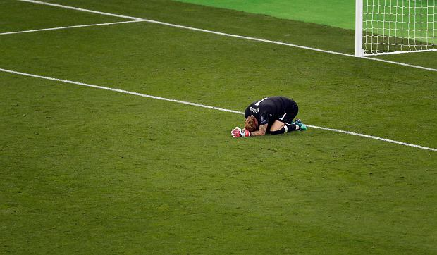 Liverpool goalkeeper Loris Karius reacts after the Champions League Final soccer match between Real Madrid and Liverpool at the Olimpiyskiy Stadium in Kiev, Ukraine, Saturday, May 26, 2018. (AP Photo/Darko Vojinovic) SLOWA KLUCZOWE: XCHAMPIONSLEAGUEX