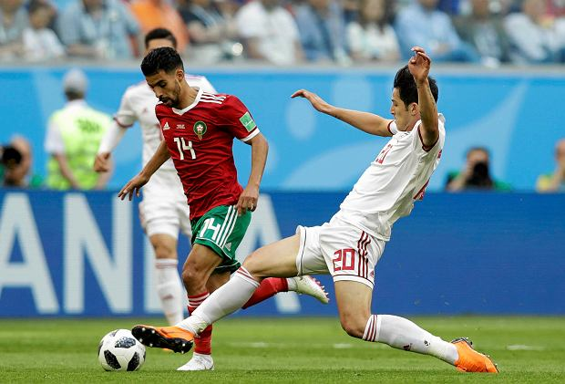 Morocco's Mbark Boussoufa, left, and Iran's Sardar Azmoun compete for the ball during the group B match between Morocco and Iran at the 2018 soccer World Cup in the St. Petersburg Stadium in St. Petersburg, Russia, Friday, June 15, 2018. (AP Photo/Andrew Medichini) SLOWA KLUCZOWE: WC2018MAR;WC2018IRN