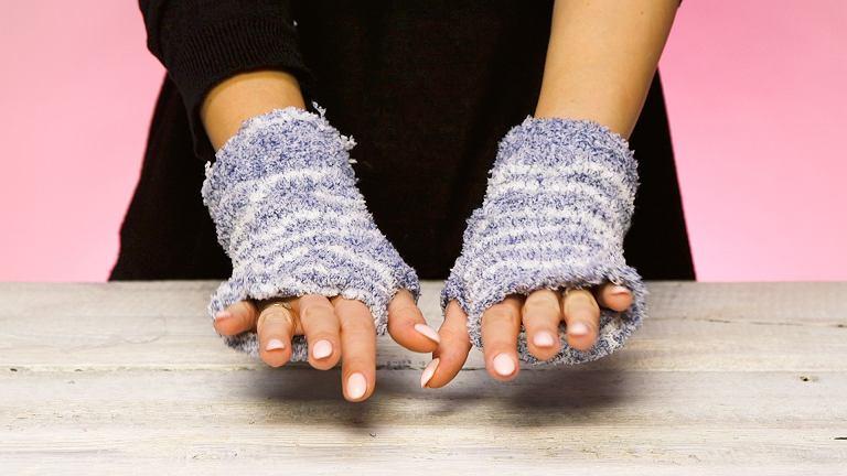 Nie wyrzucaj starych skarpet. Zrób z nich rękawiczki idealne na chłodne dni!