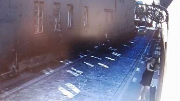 Czarne bmw wjechało w przechodniów przy Starym Rynku w Poznaniu [WIDEO]