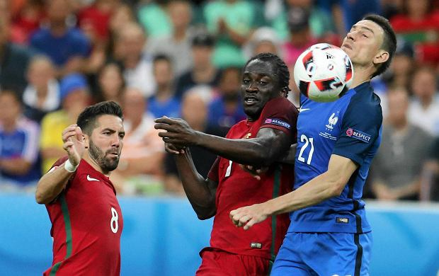 France's Laurent Koscielny, right, and Portugal's Eder battle for the ball during the Euro 2016 final soccer match between Portugal and France at the Stade de France in Saint-Denis, north of Paris, Sunday, July 10, 2016. (AP Photo/Petr David Josek) SLOWA KLUCZOWE: xeuro2016finalx