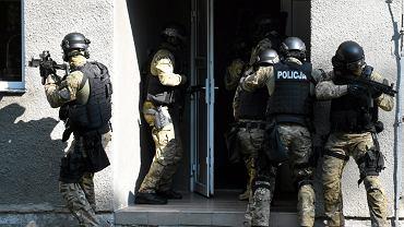 Wielka akcja policji i ABW w Dzierżoniowie. Mamy potwierdzenie: Chodzi o zatrzymanie neonazistów