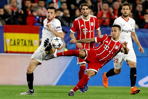 Sevilla's Pablo Sarabia, left, and Bayern's Thiago challenge for the ball during the Champions League quarter final first leg soccer match between Sevilla FC and FC Bayern Munich at the Sanchez Pizjuan stadium in Seville, Spain, Tuesday, April 3, 2018. (AP Photo/Miguel Morenatti) SLOWA KLUCZOWE: XCHAMPIONSLEAGUEX