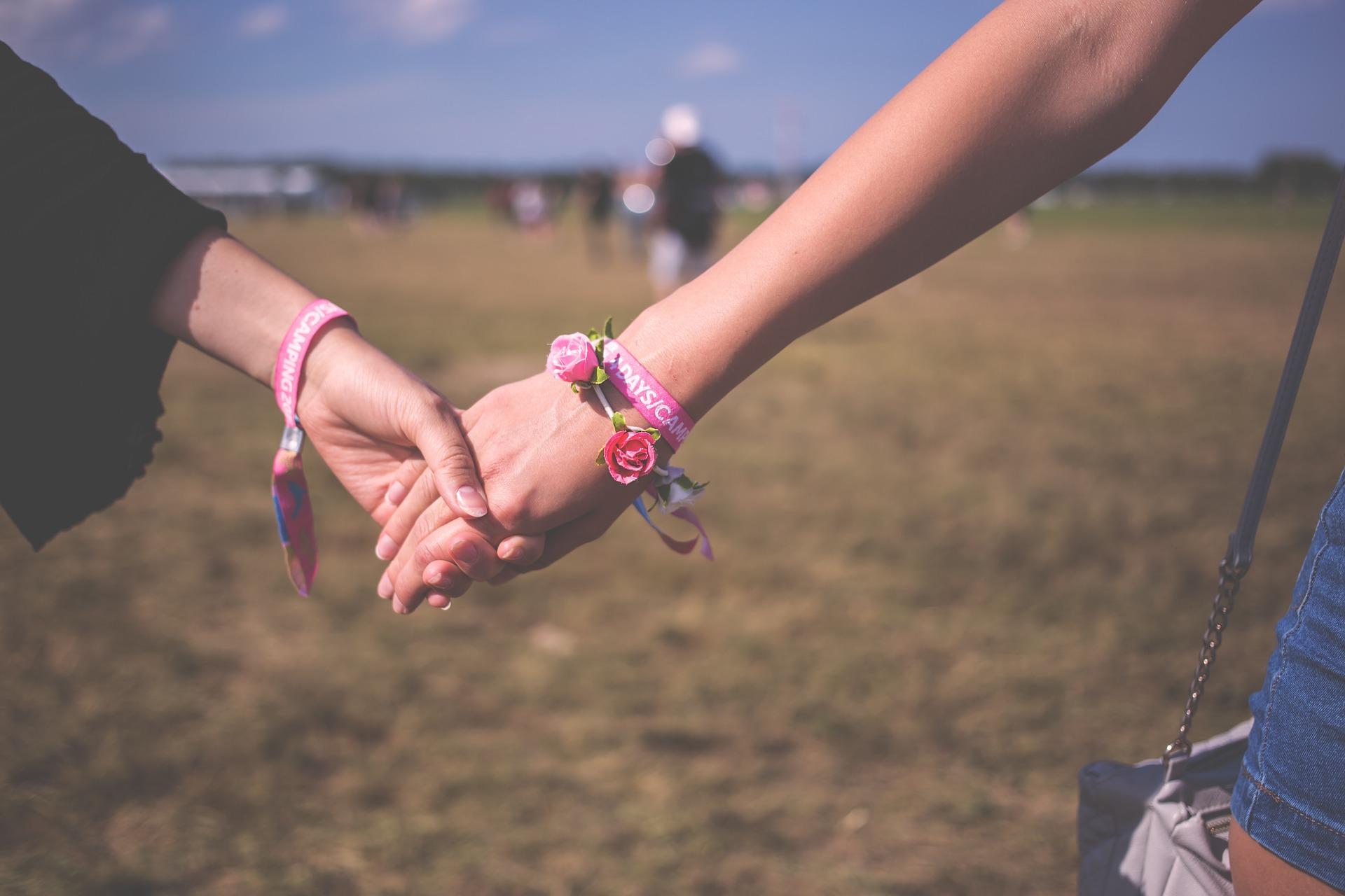 Pary homoseksualne bardzo często spotykają się w Polsce z brakiem akceptacji (fot. pixabay.com)