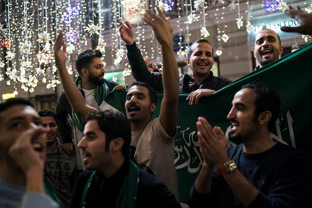 Saudi Arabia soccer fans chant as they gather on Nikolskaya Street ahead of the 2018 soccer World Cup in Moscow, Russia, Wednesday, June 13, 2018. Fans from participating countries gathered in the central pedestrian street to chant, wave flags, and meet fans from around the world. (AP Photo/Felipe Dana) SLOWA KLUCZOWE: WC2018FEA