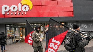 """""""Dość wyzysku"""". Protest pod POLOmarketem. W tle zarzuty dot. praw pracowników"""