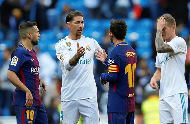 Real Madrid's Sergio Ramos, center left, shakes hands with Barcelona's Lionel Messi at the end of the Spanish La Liga soccer match between Real Madrid and Barcelona at the Santiago Bernabeu stadium in Madrid, Spain, Saturday, Dec. 23, 2017. Barcelona won 3-0. (AP Photo/Francisco Seco) SLOWA KLUCZOWE: XLALIGAX