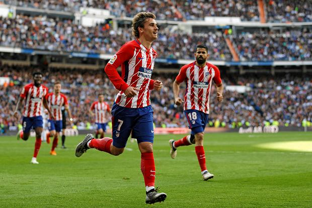 Atletico Madrid's Antoine Griezmann celebrates after scoring his side's first goal against Real Madrid during the Spanish La Liga soccer match between Real Madrid and Atletico Madrid at the Santiago Bernabeu stadium in Madrid, Sunday, April 8, 2018. (AP Photo/Francisco Seco) SLOWA KLUCZOWE: XLALIGAX