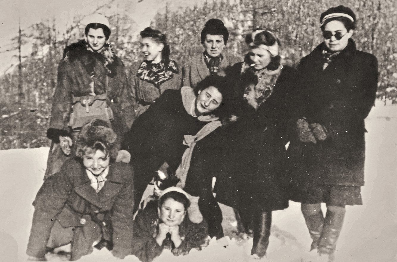 Zakopane 1945/46 r., zjazd 'Zośkowców'. U góry od lewej: 'Paulinka' i koleżanki z batalionu 'Zośka': 'Mirka', 'Lunia', 'Madzia', niżej od lewej: Ewa Ott, 'Kapralinka' (bez czapki) i 'Bogna' (fot. materiały prasowe)