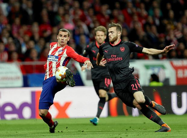 Atletico's Antoine Griezmann, left, duels for the ball with Arsenal's Calum Chambers during the Europa League semifinal, second leg soccer match between Atletico Madrid and Arsenal at the Metropolitano stadium in Madrid, Spain, Thursday, May 3, 2018. (AP Photo/Francisco Seco) SLOWA KLUCZOWE: XEUROPALEAGUEX