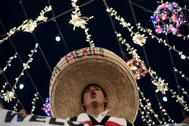 A Mexico soccer fan wearing a sombrero chants as fans gather on Nikolskaya Street ahead of the 2018 soccer World Cup in Moscow, Russia, Wednesday, June 13, 2018. Fans from participating countries gathered in the central pedestrian street to chant, wave flags, and meet fans from around the world. (AP Photo/Felipe Dana) SLOWA KLUCZOWE: WC2018FEA