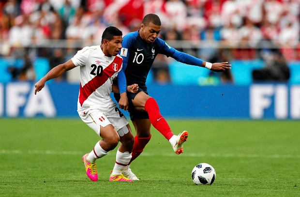 France's Kylian Mbappe, right, is challenged by Peru's Edison Flores during the group C match between France and Peru at the 2018 soccer World Cup in the Yekaterinburg Arena in Yekaterinburg, Russia, Thursday, June 21, 2018. (AP Photo/Natacha Pisarenko) SLOWA KLUCZOWE: WC2018FRA;WC2018PER