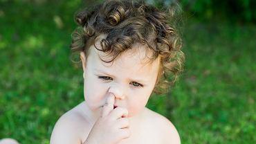 Dziecko obgryza paznokcie, dłubie w nosie? Dla jego dobra warto reagować