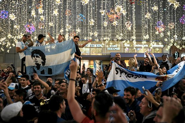 Argentina's soccer fans chant as they gather on Nikolskaya Street ahead of the 2018 soccer World Cup in Moscow, Russia, Wednesday, June 13, 2018. Fans from participating countries gathered in the central pedestrian street to chant, wave flags, and meet fans from around the world. (AP Photo/Felipe Dana) SLOWA KLUCZOWE: WC2018FEA