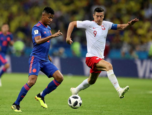 Colombia's Wilmar Barrios, left, and Poland's Robert Lewandowski, right, challenge for the ball during the group H match between Poland and Colombia at the 2018 soccer World Cup at the Kazan Arena in Kazan, Russia, Sunday, June 24, 2018. (AP Photo/Thanassis Stavrakis) SLOWA KLUCZOWE: WC2018COL;WC2018POL