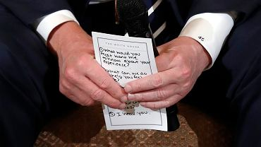 Ta karteczka w rękach Trumpa stawia go w bardzo złym świetle. Empatia - zerowa