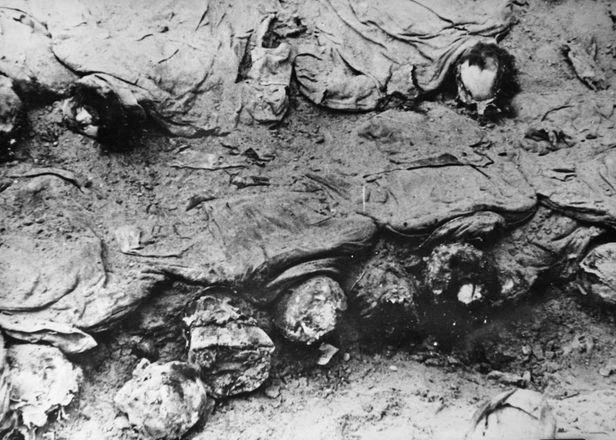 Ekshumacja ciał oficerów zamordowanych przez NKWD, Katyń 1943 r. (fot. Wikimedia.org / Domena publiczna)