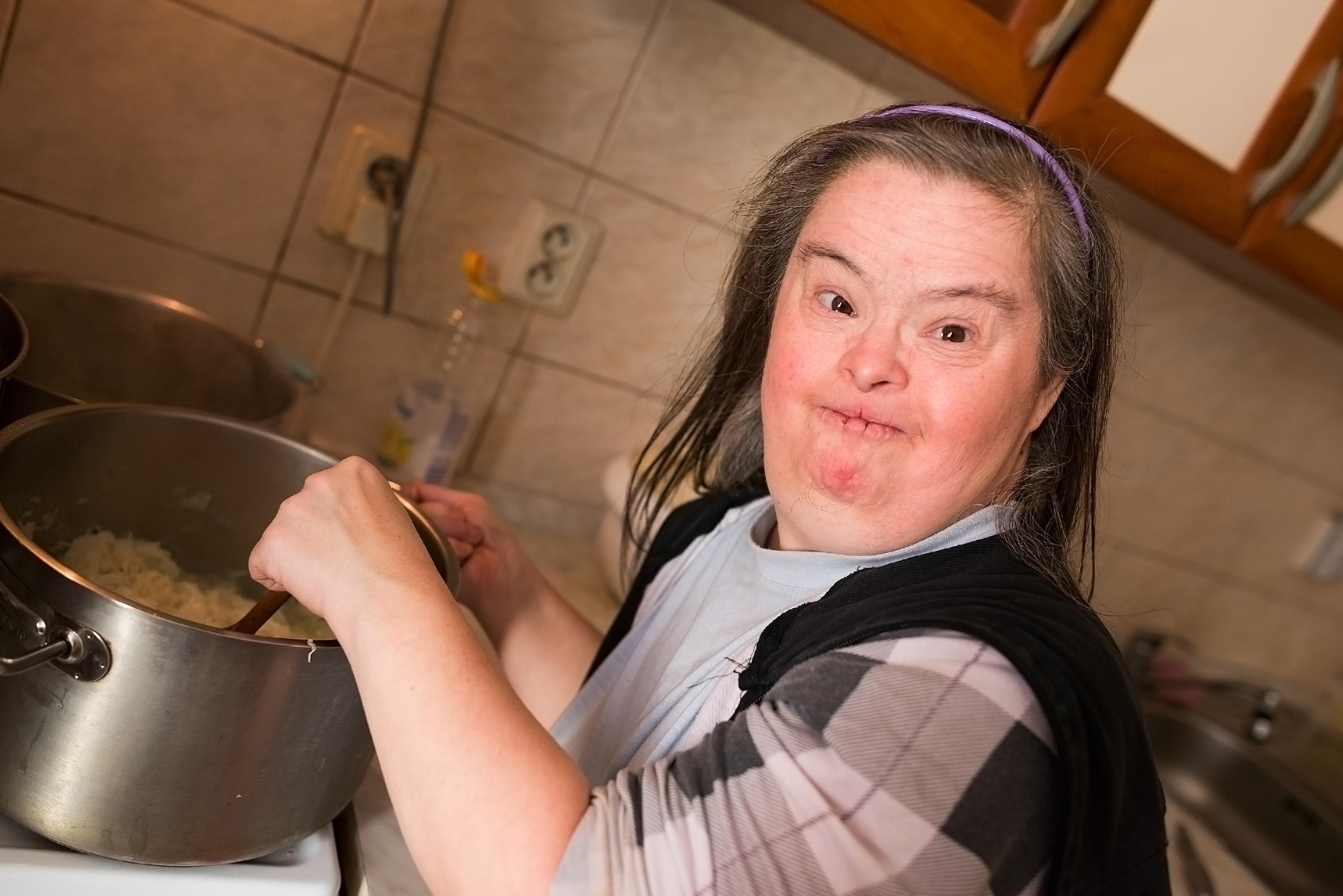 Po śmierci rodziców, dorośli z zespołem Downa trafiają pod opiekę pomocy społecznej (fot. shutterstock.com)