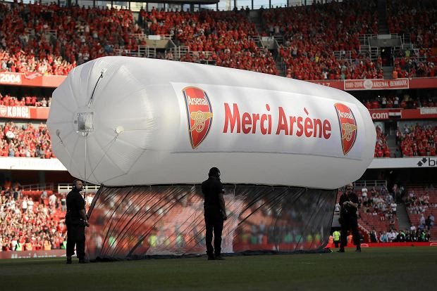 A balloon bearing the words 'Merci Arsene' is installed on the pitch after the English Premier League soccer match between Arsenal and Burnley at the Emirates Stadium in London, Sunday, May 6, 2018. The match is Arsenal manager Arsene Wenger's last home game in charge after announcing in April he will stand down as Arsenal coach at the end of the season after nearly 22 years at the helm. (AP Photo/Matt Dunham) SLOWA KLUCZOWE: XPREMIERX