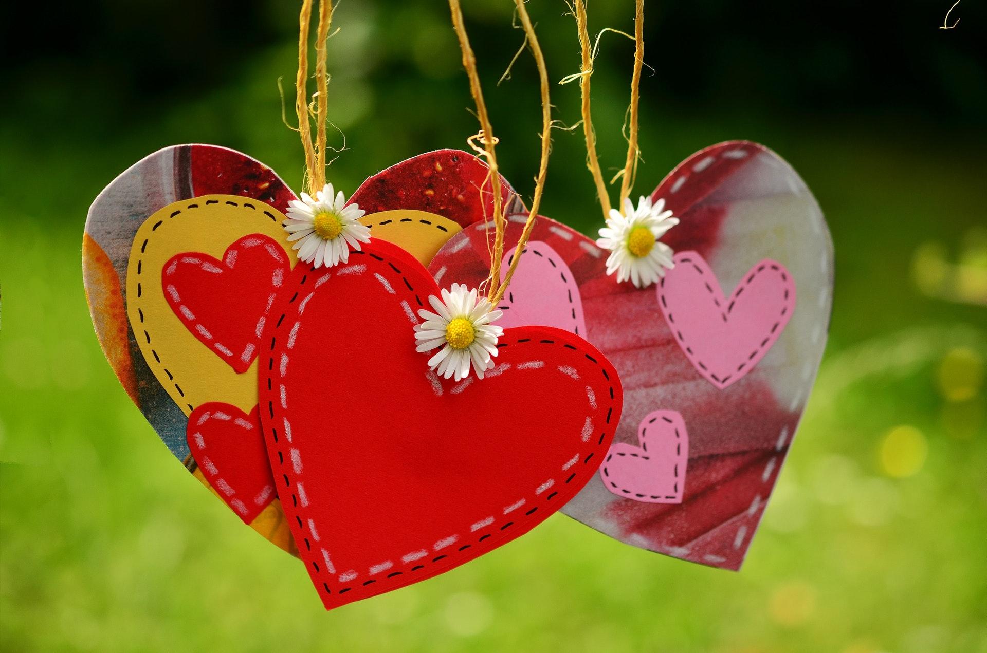 Według naukowców miłość można podzielić na trzy etapy: pożądanie, przyciąganie i przywiązanie (fot. pexels.com)