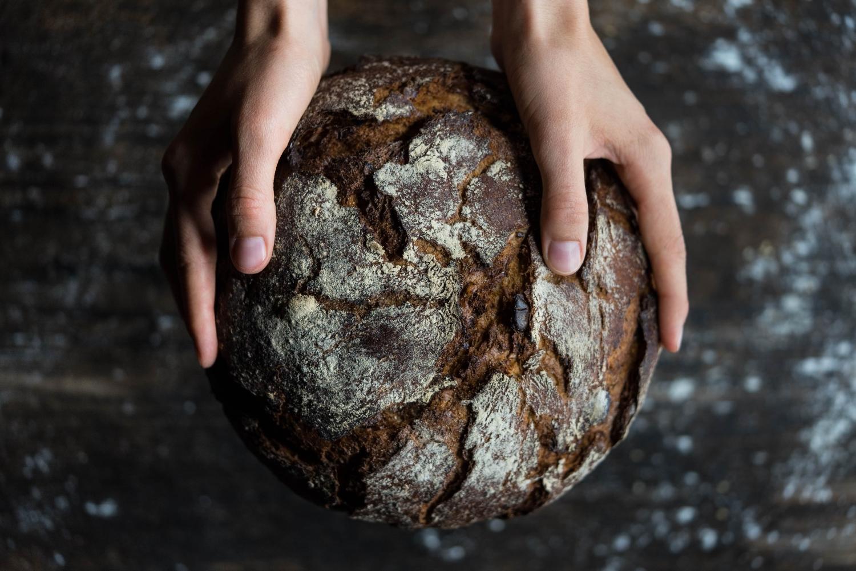 Szybko wchłaniane węglowodany obecne w chlebie powodują skok poziomu cukru we krwi, co sprzyja tyciu i cukrzycy typu 2 (fot. Flo Maderebner / pexels.com)