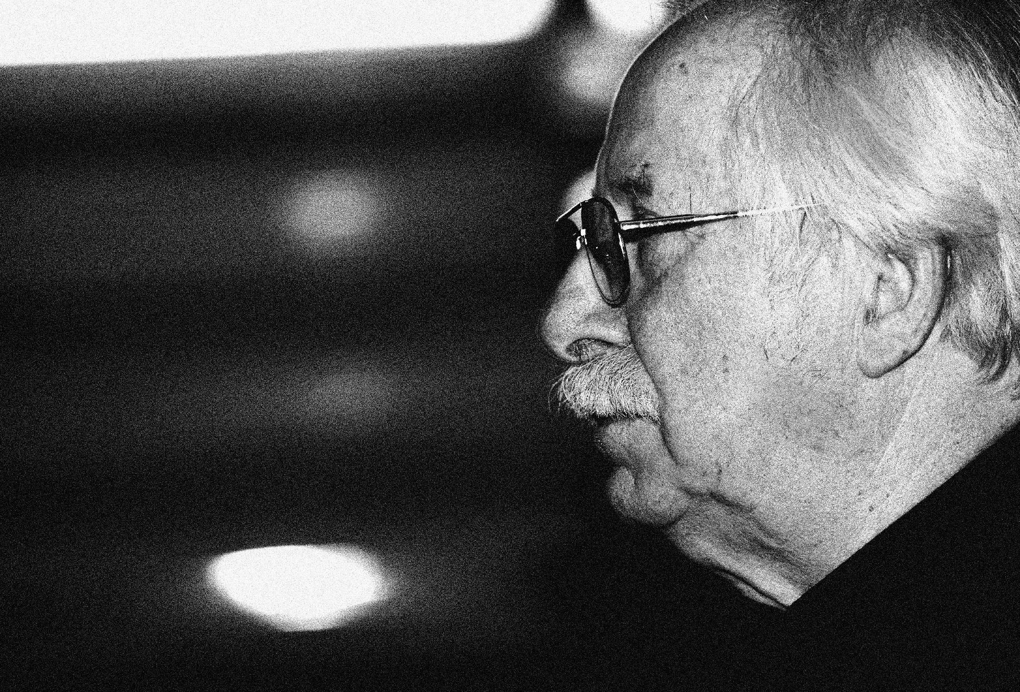 Karol Śliwka podczas wernisażu w ASP (fot. Dawid Chalimoniuk / Agencja Gazeta)