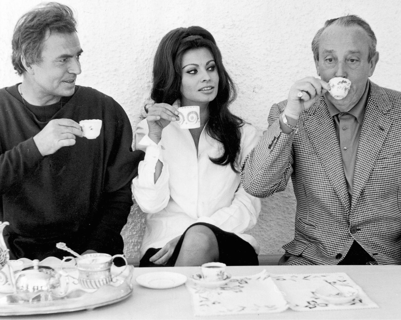 Waszyński (z prawej) z brytyjskim aktorem Jamesem Masonem (z lewej) i legendą kina Sophia Loren (mat. promocyjne)