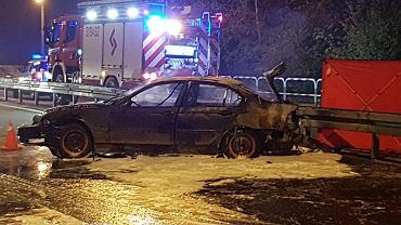Z płonącego BMW wyskoczyło siedem osób. Zginął 18-latek zamknięty w bagażniku