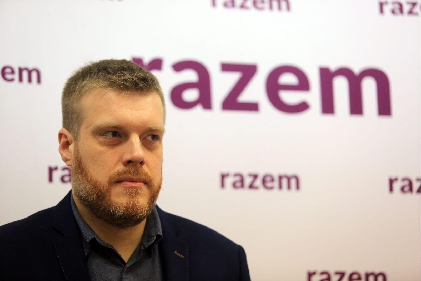 Adrian Zandberg na konferencji prasowej Razem (fot. Jacek Marczewski/AG)