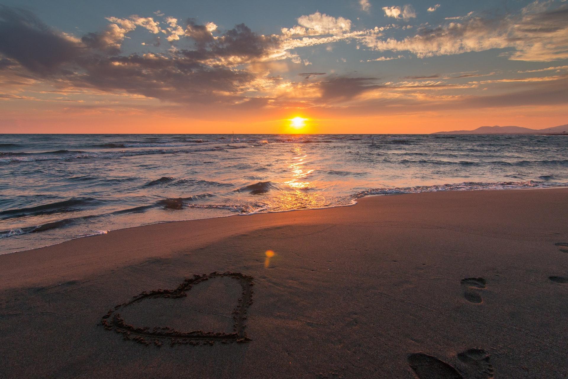 Poziom serotoniny w początkowej fazie miłości spada, co powoduje obsesyjne myślenie o partnerze (fot. pexels.com)