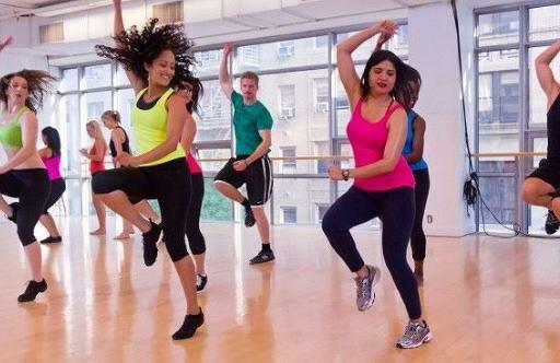 Taniec zumba to kombinacja tańca latino i fitnessu.