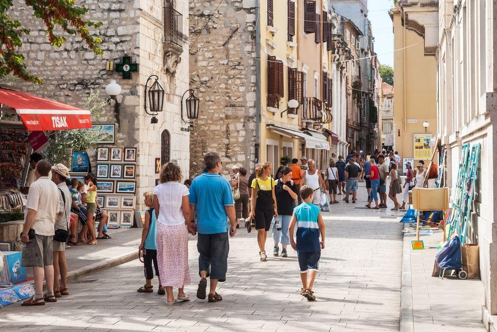 Kierunek Zadar Drugi chorwacki kierunek w siatce Eurolotu na 2014 rok to Zadar. Dolecicie tam z Poznania, Gdańska i Warszawy.  Zadar nazywany jest 'małym chorwackim Rzymem'. Alfred Hitchcock twierdził, że to właśnie w Zadarze można obserwować najpiękniejsze na świecie zachody słońca. Starówka Zadaru pełna jest zabytków z czasów antycznych, średniowiecza i renesansu, a znajdujące się na nadmorskim bulwarze - jedyne takie - Morskie Organy są cudem architektonicznym: fale morskie przechodząc przez zanurzone w wodzie rury, tworzą niezwykły dźwięk zwany 'morską muzyką'.
