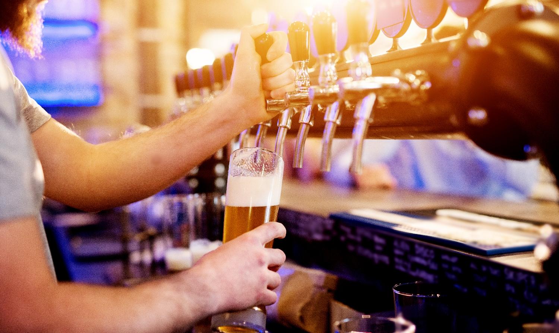 Młodzi ludzie często są zatrudniani w punktach gastronomicznych bez wymaganej książeczki sanepidu (fot. Shutterstock)
