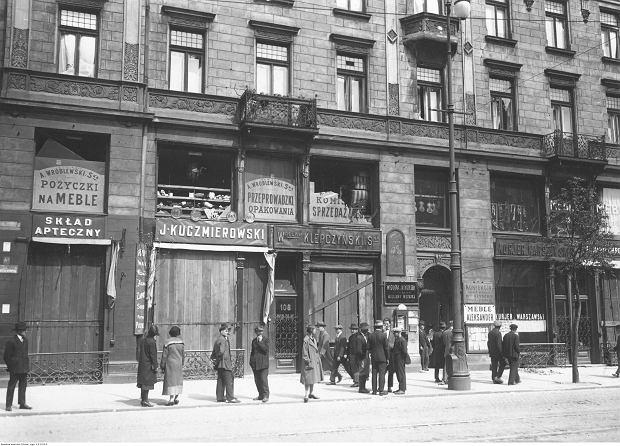 Zniszczenia na ulicy Marszałkowskiej. Widoczna kamienica z rozbitymi oknami wystawowymi.