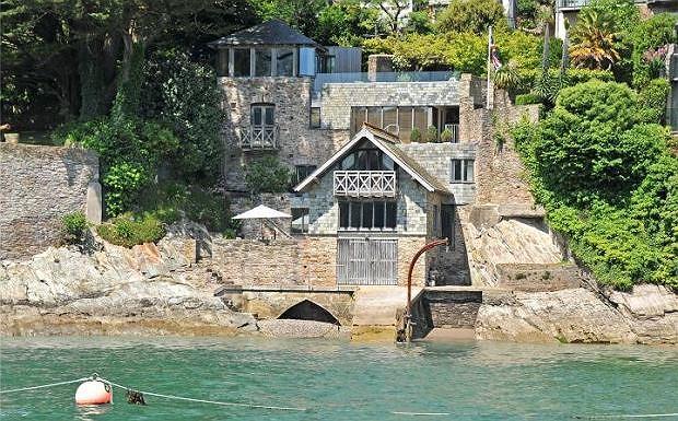 Dom widoczny jedynie od strony rzeki wystawiony na sprzedaż - cena zrywa czapkę z głowy