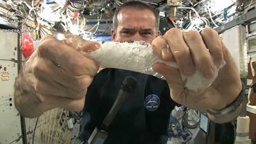 Astronauta zmoczył wodą ręcznik. Oto, co się stało, kiedy chciał go wyżąć