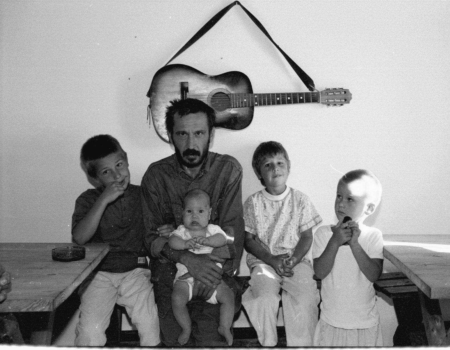 Majdan Kozłowiecki koło Lubartowa. Kacmajor z dziećmi członków sekty Niebo (fot. Wojtek Jargilo / Agencja Gazeta)