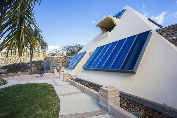 """Marzysz o """"dobrej energii"""" w swoim domu? Kup piramidę w Malibu i żyj jak faraon"""