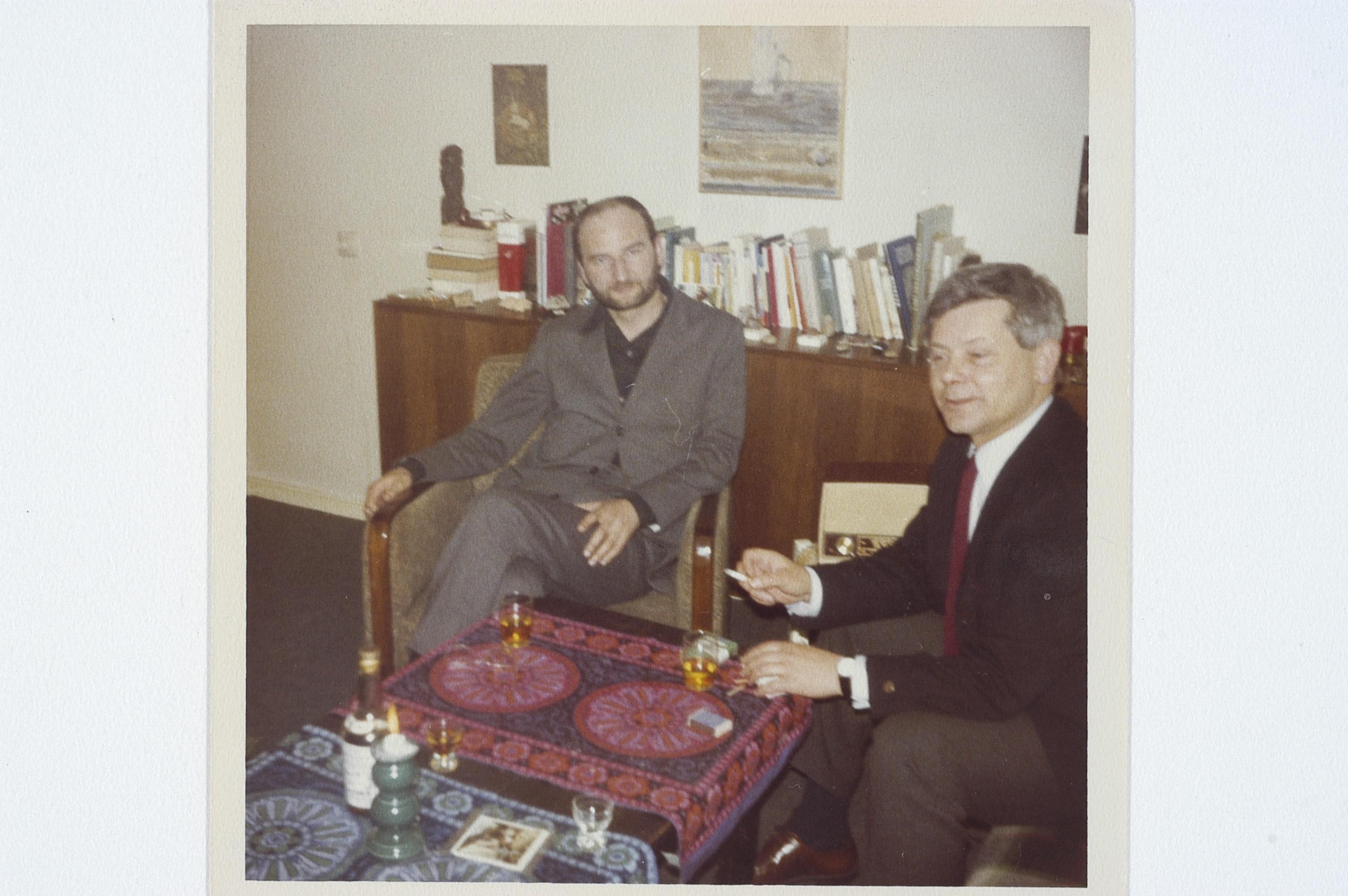 W towarzystwie Sławomira Mrożka, w berlińskim mieszkaniu małżeństwa Herbertów, ok. 1969 r. (fot. Katarzyna Herbert, Archwium Zbigniewa Herberta, Biblioteka Narodowa)