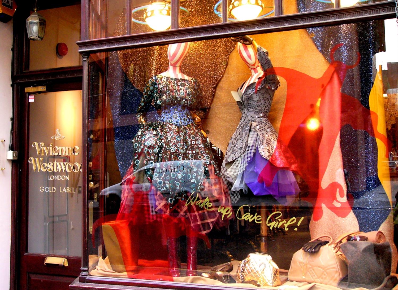W pierwszym sklepie Westwood ubrania były tylko dodatkiem do płyt i bibelotów. Na zdjęciu butik Vivienne Westwood w Londynie (fot. Kathleen Conklin/flickr.com)