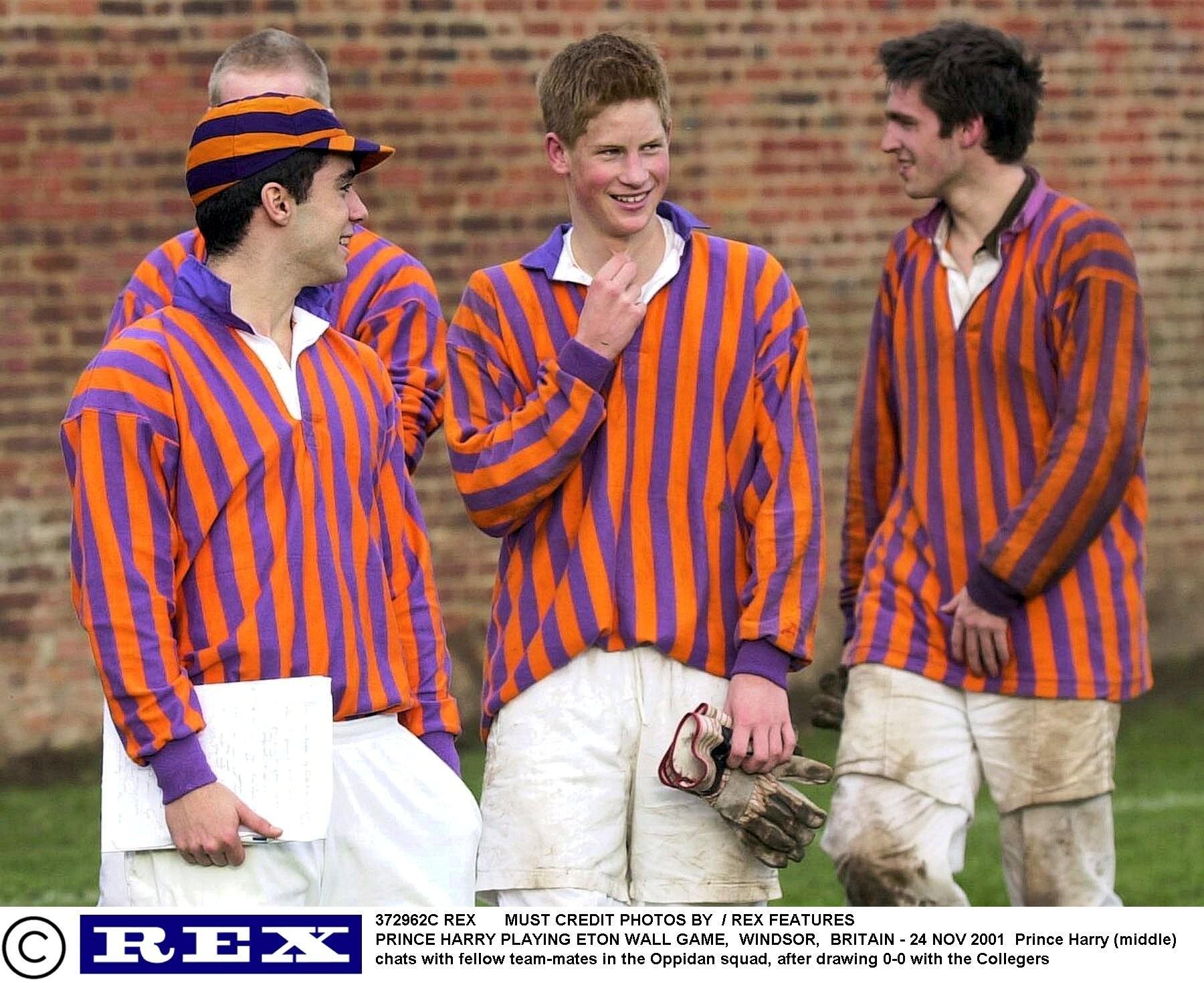 Książę Harry (w środku) na polu golfowym w Cirencester Park (fot. Eastnews)