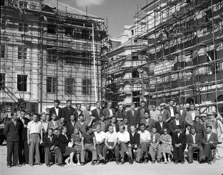 Fotografia pamiątkowa budowniczych Starego Miasta, 1953 r. (fot. Z. Siemaszko / NAC / sygn. 51-545-9)
